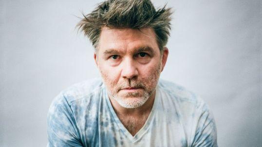 """James Murphy, assieme agli LCD Soundsystem, è tornato con """"American Dream"""" dopo una lunga assenza dalle scene."""