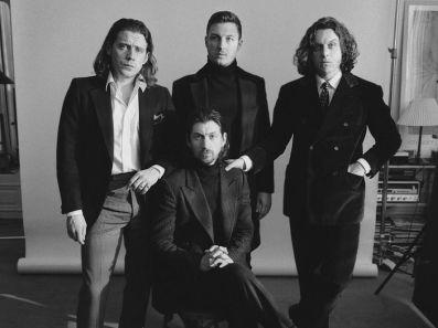 """Gli Arctic Monkeys, con """"Tranquility Base Hotel & Casino"""", hanno interrotto una pausa durata 5 anni."""