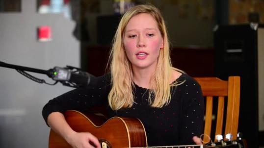 """La giovane australiana Julia Jacklin ha pubblicato il convincente """"Crushing""""."""