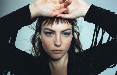 """""""All Mirrors"""" segna una svolta pop per la cantautrice Angel Olsen."""