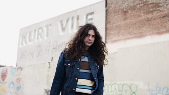 Il sempre flemmatico Kurt Vile è silenziosamente diventato uno dei volti più riconoscibili della scena folk-rock.