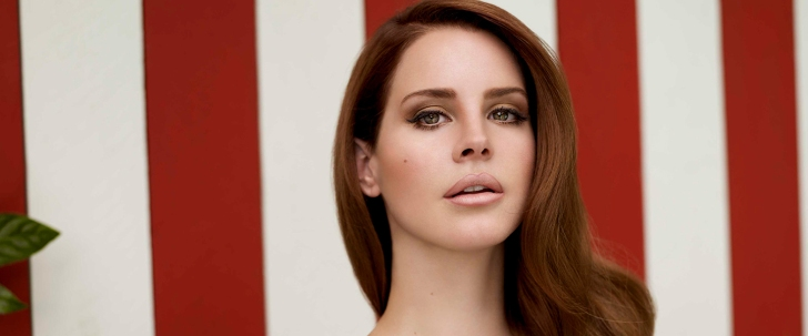"""La cantautrice statunitense Lana Del Rey si candida a essere il volto del pop nel 2021 grazie a """"Chemtrails Over The Country Club"""", erede del bellissimo """"Norman Fucking Rockwell!""""."""
