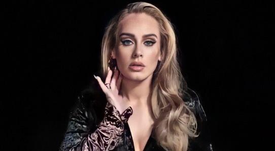 """Adele, la popstar inglese, manca ormai da sei anni: l'ultimo CD di inediti è infatti """"25"""" del 2015."""